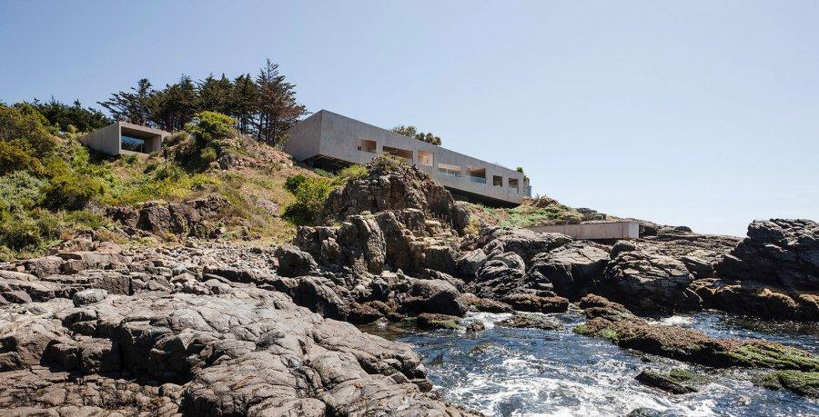 Дом на скалистом берегу Тихого океана в Чили