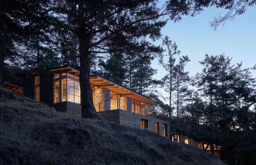 Два каменных дома на склоне в заповеднике, США