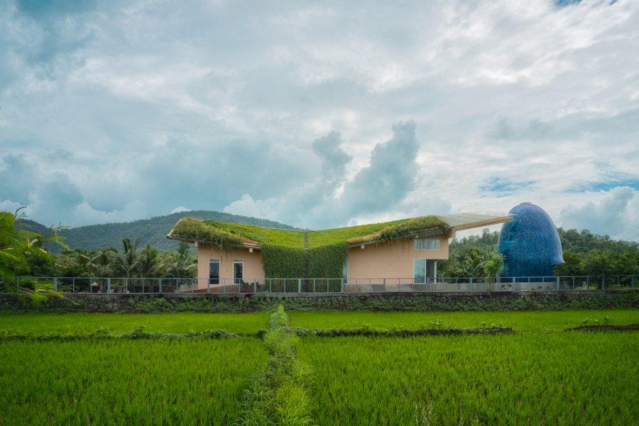 Семейный дом-подарок с зеленой крышей и собственным храмом во дворе