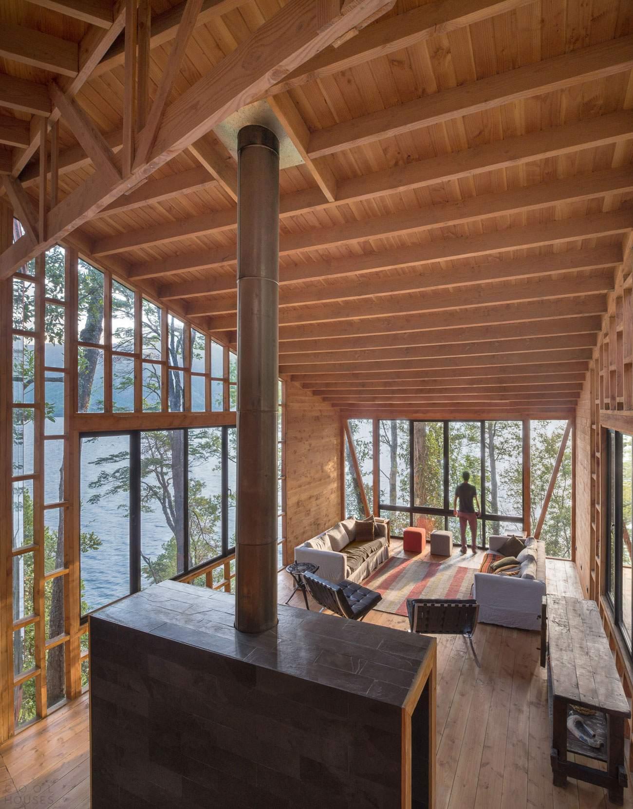 Каскадный дом на берегу озера в Чили