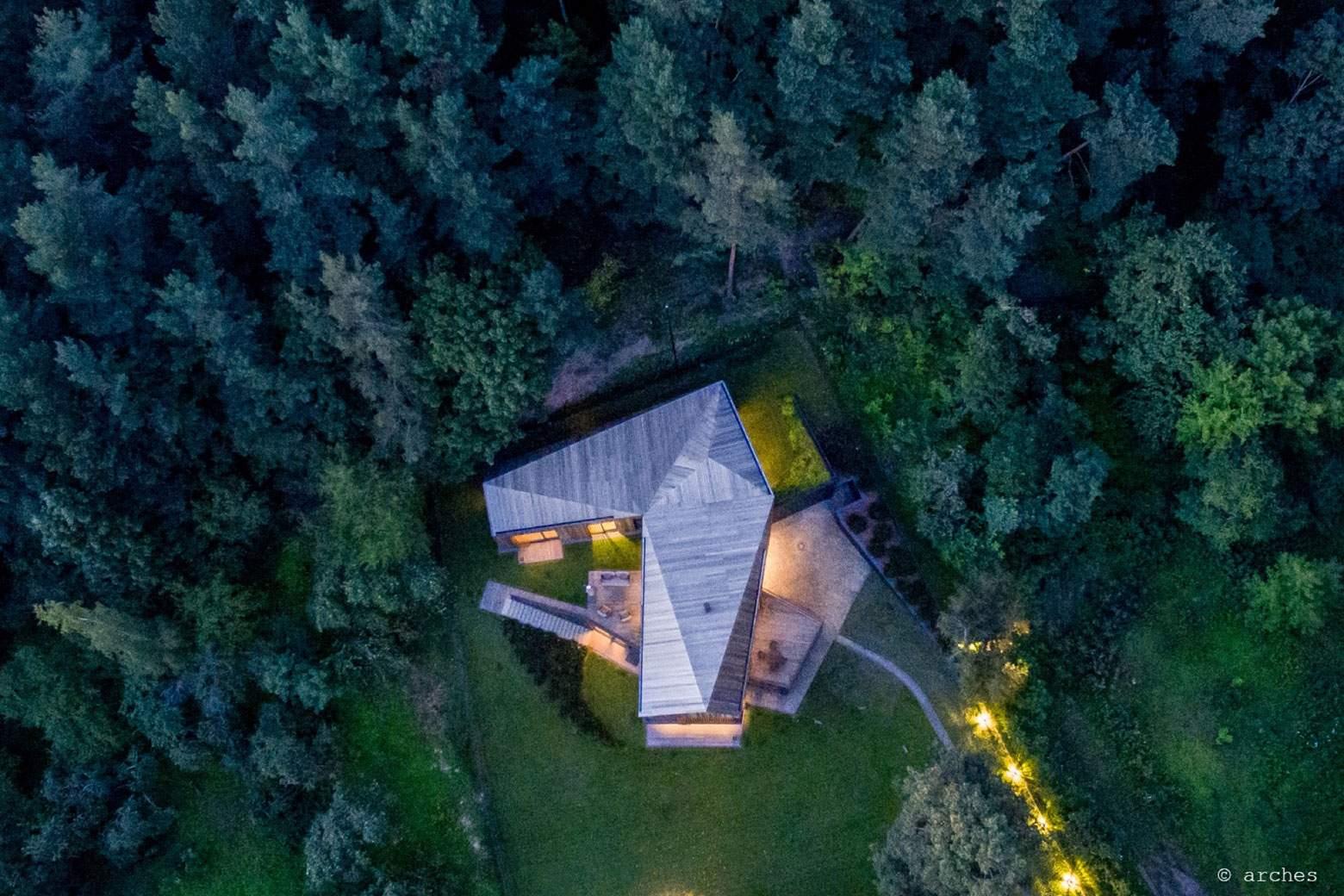 Современная вилла в окружении густого леса в Литве