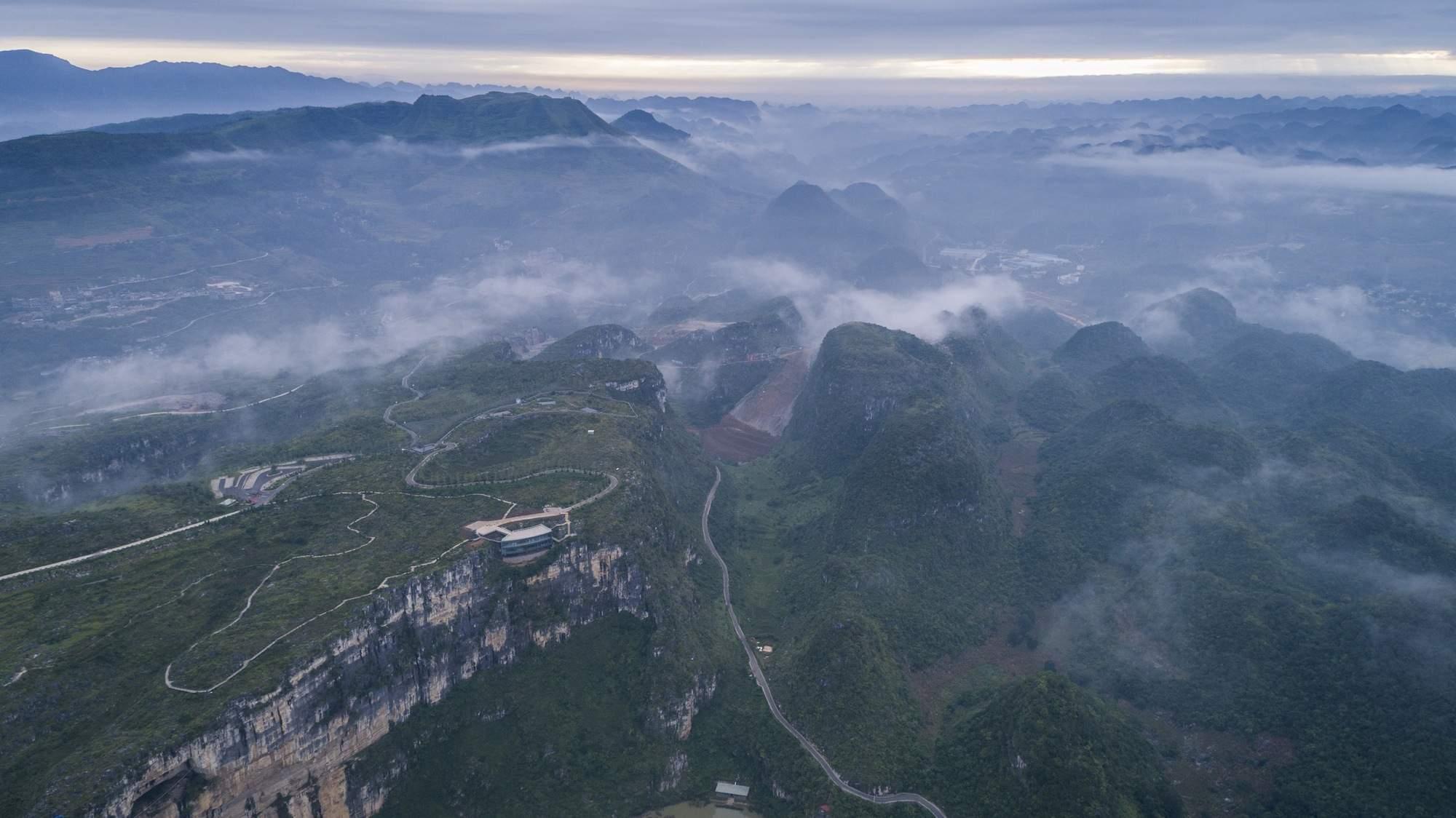 Туристический центр на отвесной скале в Китае