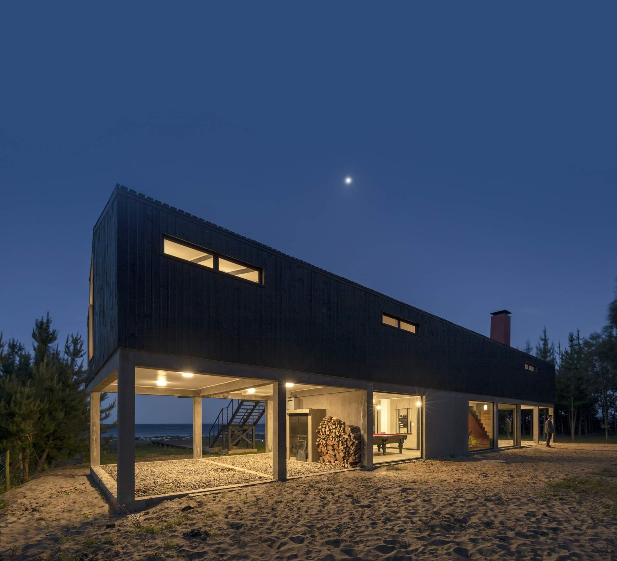 «Черный дом» на пустынном пляже в Чили