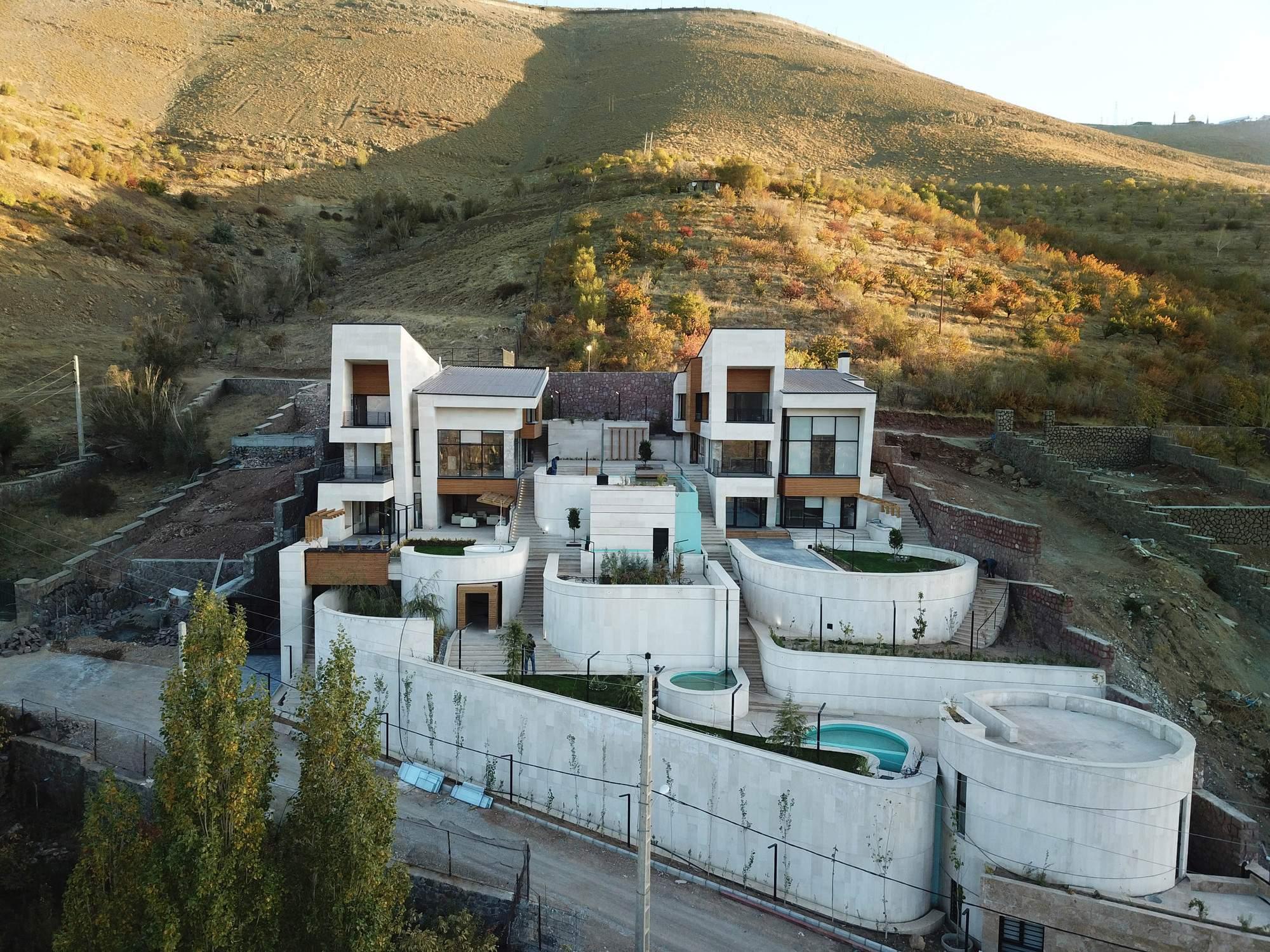 Две виллы на одном наклонном участке в деревне Моша, Иран