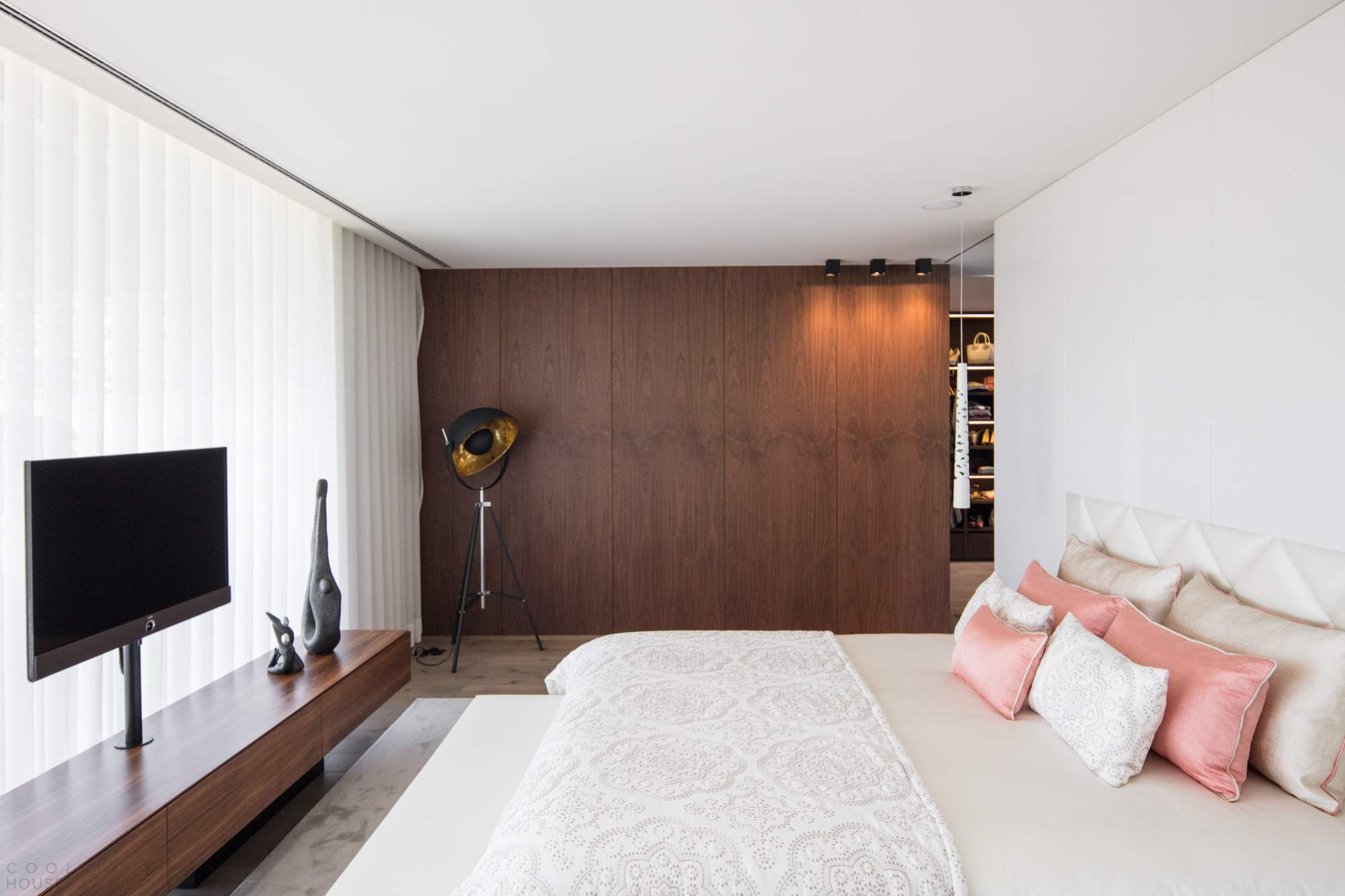 V-образный бетонный дом с уникальной планировкой в Португалии