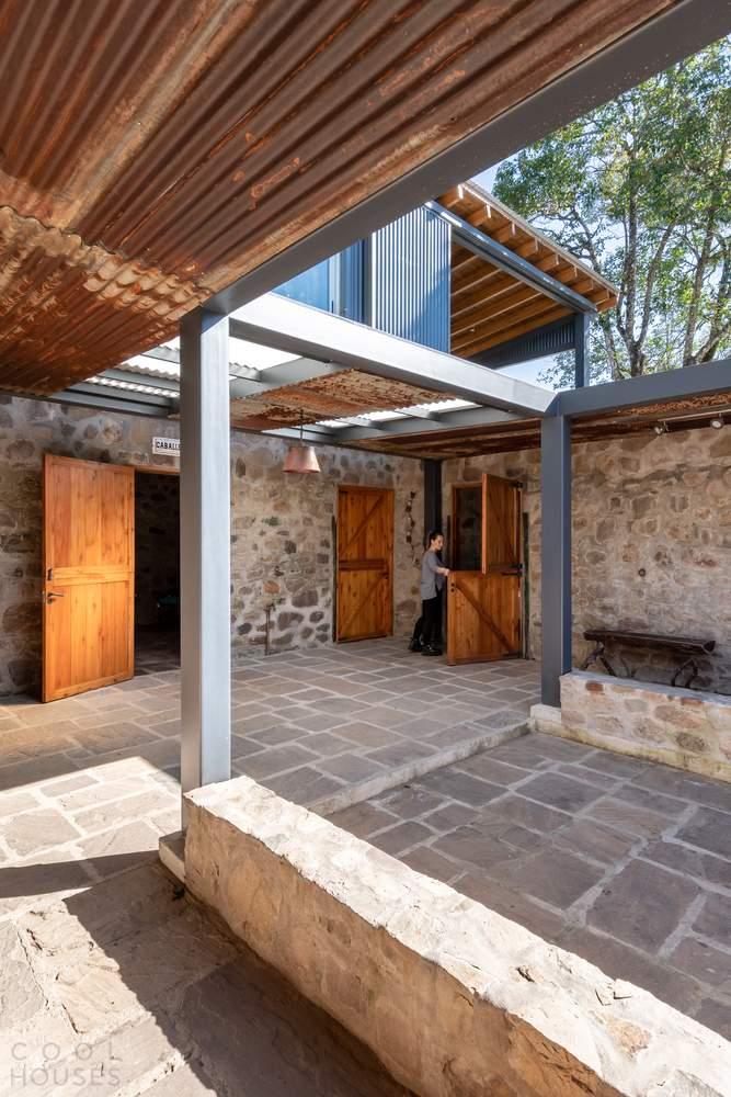 Дом выходного дня в здании старой конюшни, Аргентина