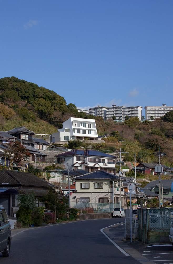 Минималистический дом на склоне у бухты, Япония