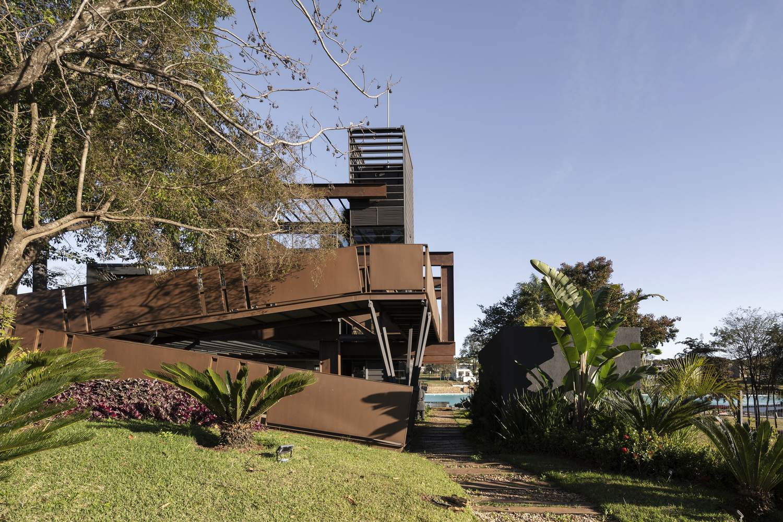 Минималистский семейный дом из вторичного металла, Парагвай