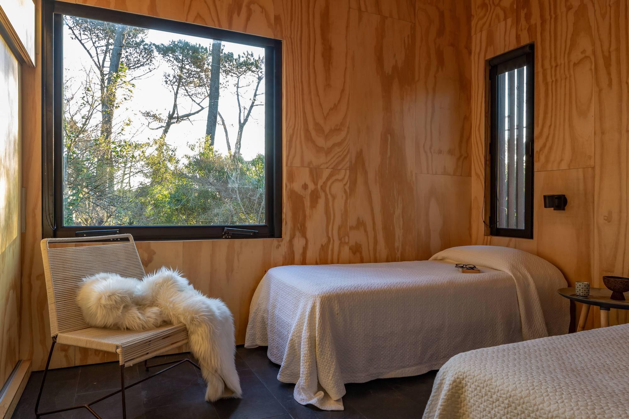 Компактный сборный дом, интегрированный в лесной ландшафт