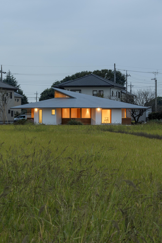 Современный сельский дом для семьи из трех поколений
