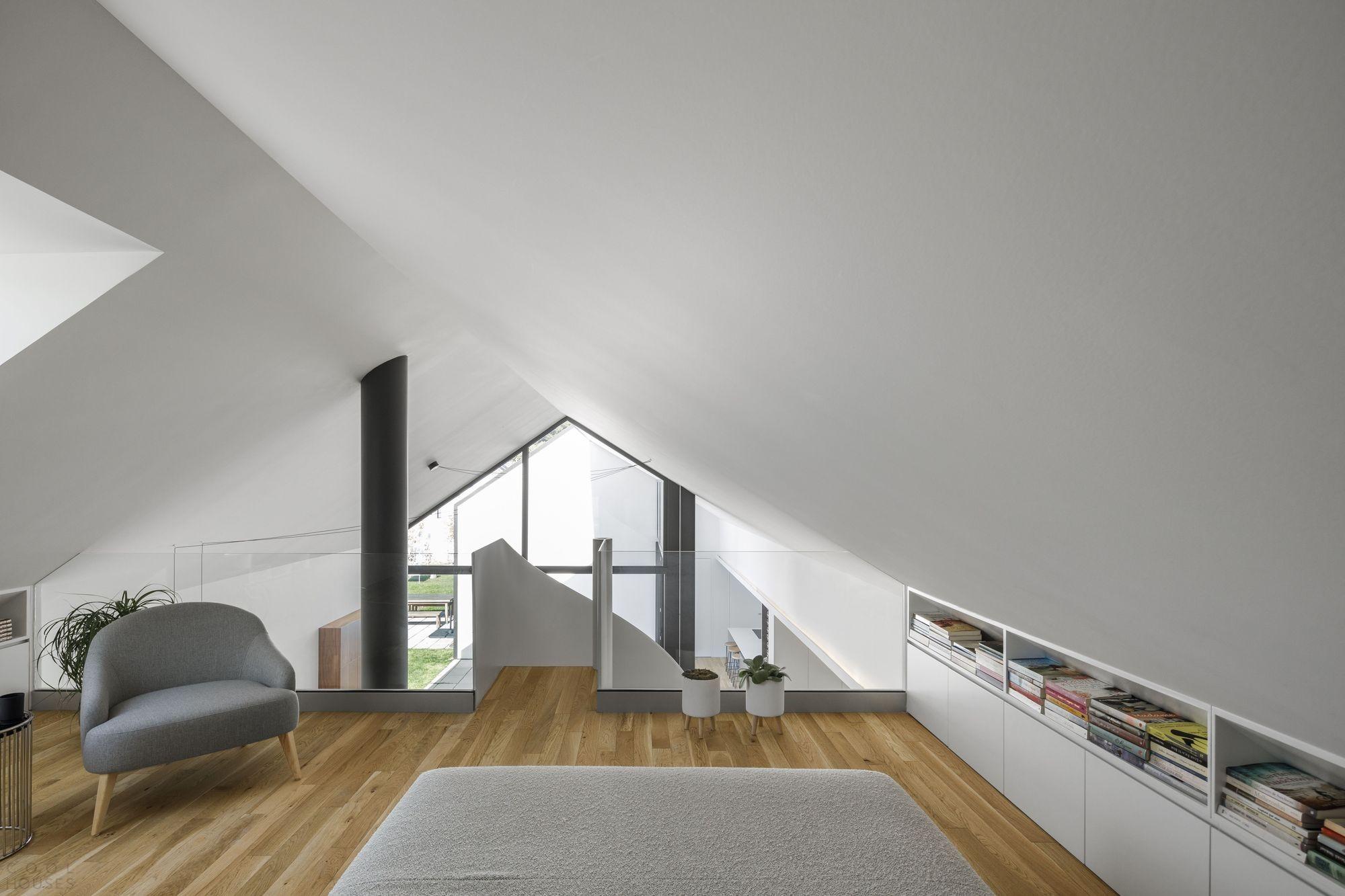 Современная интерпретация традиционного португальского дома с высокой двускатной крышей