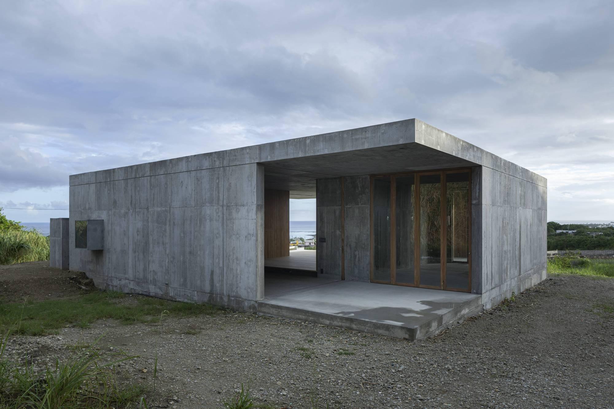 Бетонный семейный дом с мастерской, Япония