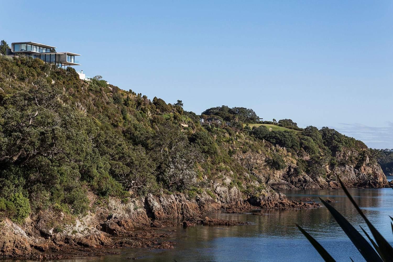 Роскошный бетонный особняк на краю скалистой бухты в Новой Зеландии