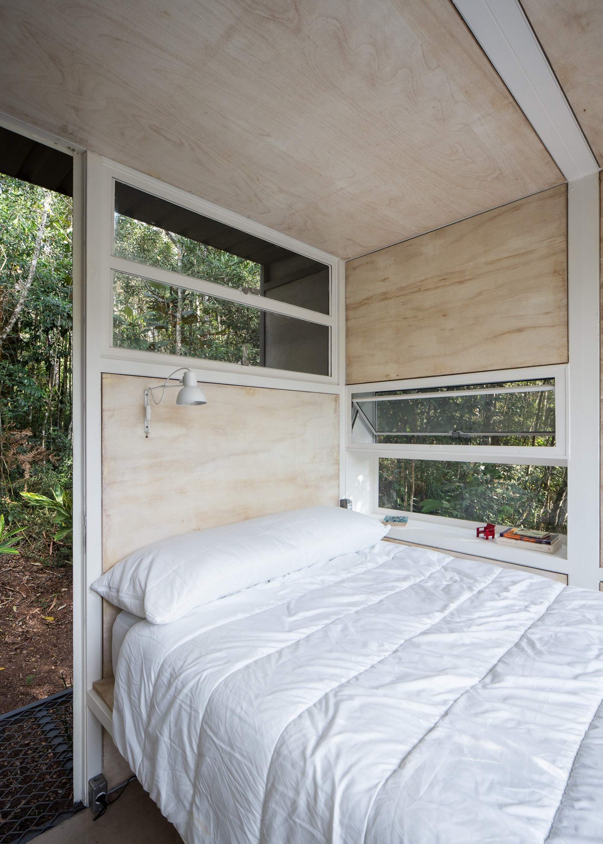 Маленький домик в тропическом лесу Бразилии
