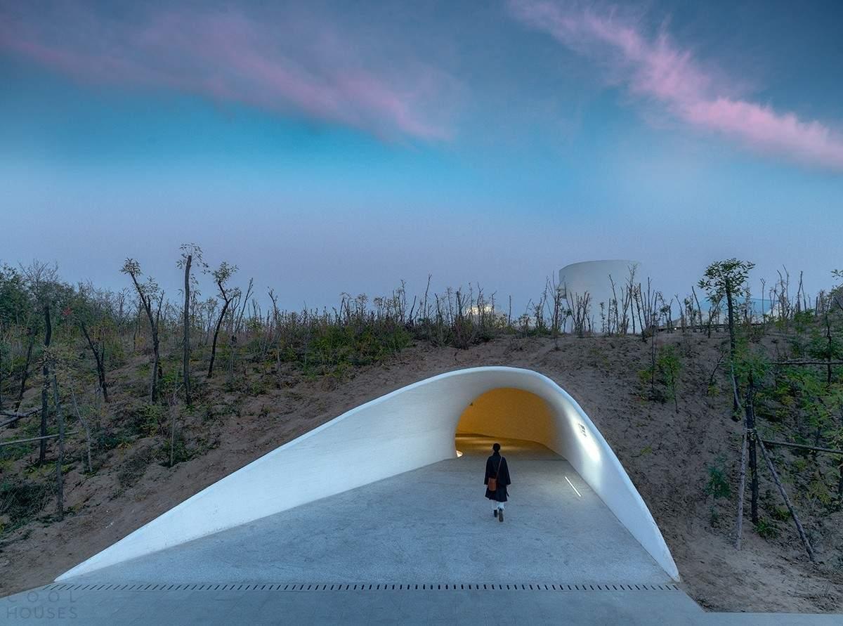 Музей искусств в песчаной дюне на берегу залива, Китай