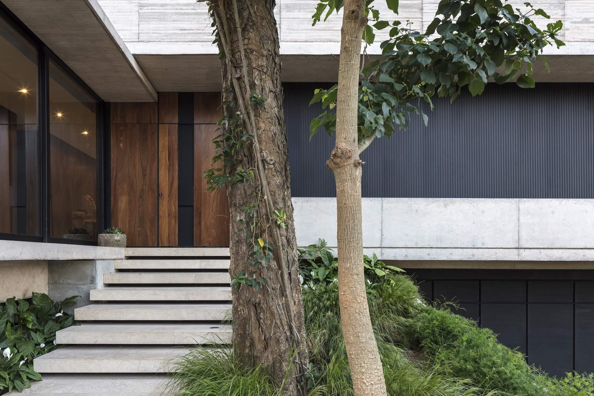 Стильный жилой дом среди деревьев, Боливия