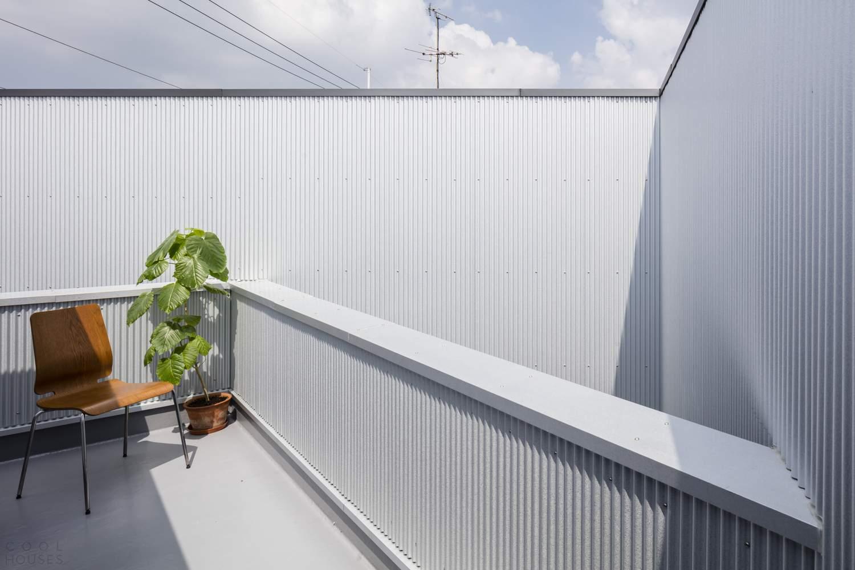 Деревянный дом за высокими огнеупорными стенами, Япония