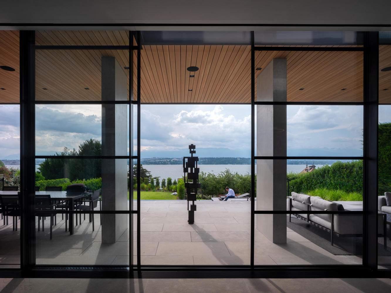 Дом, интегрированный в крутой склон, Швейцария