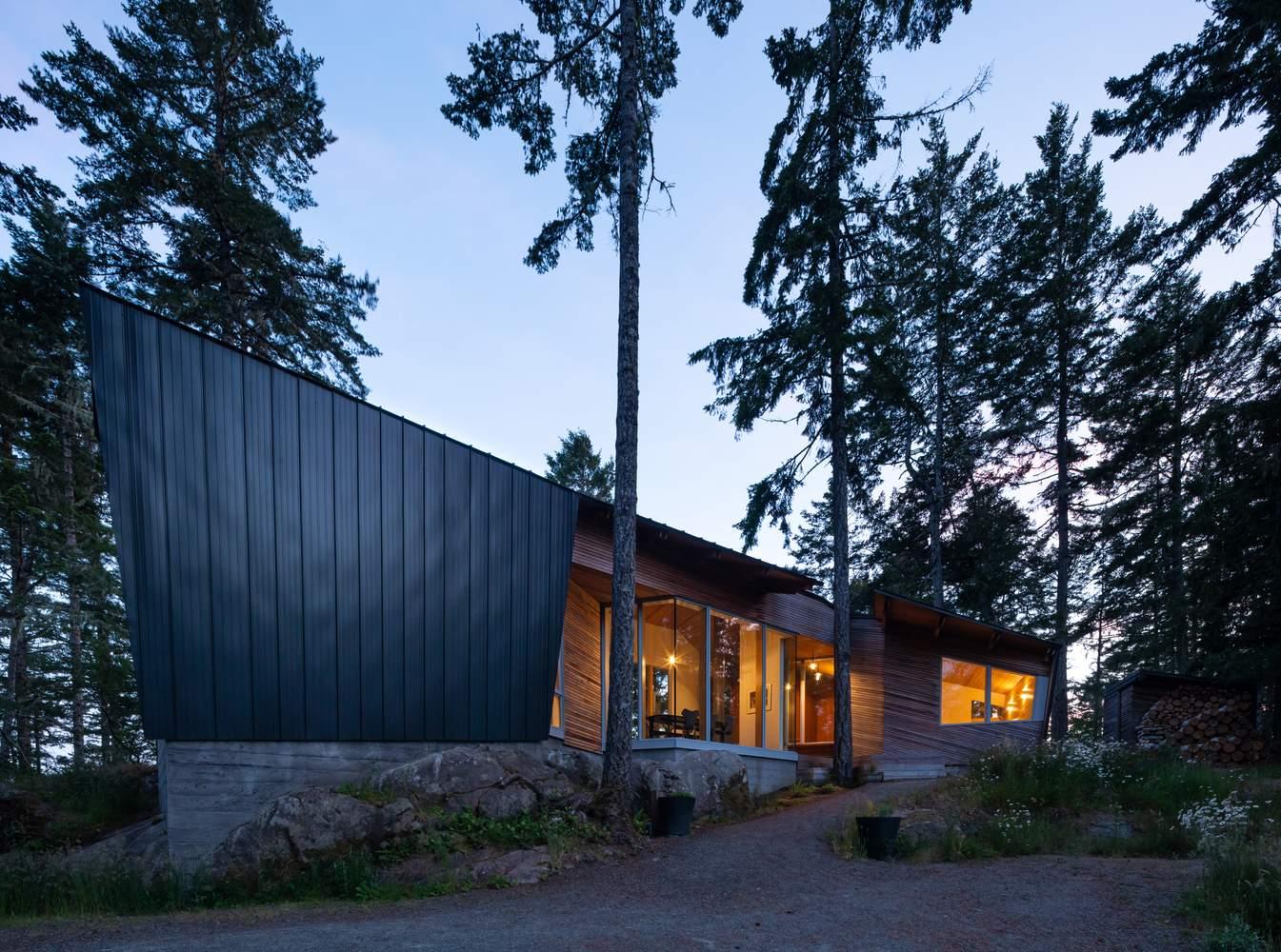 Нестандартный остроконечный дом на острове, Канада