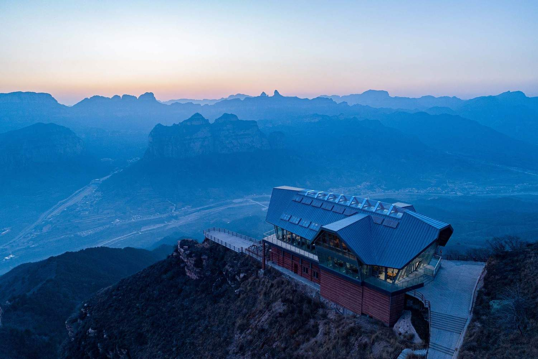 Ресторан в стиле модерн среди живописных скал, Китай