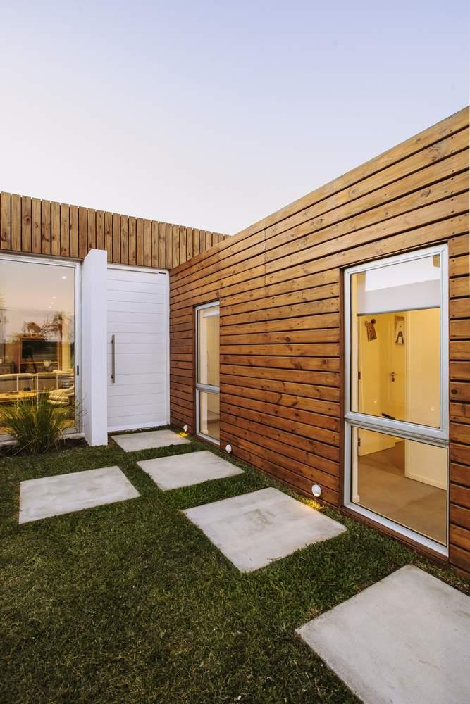 Выразительный семейный дом с деревянной отделкой, Уругвай
