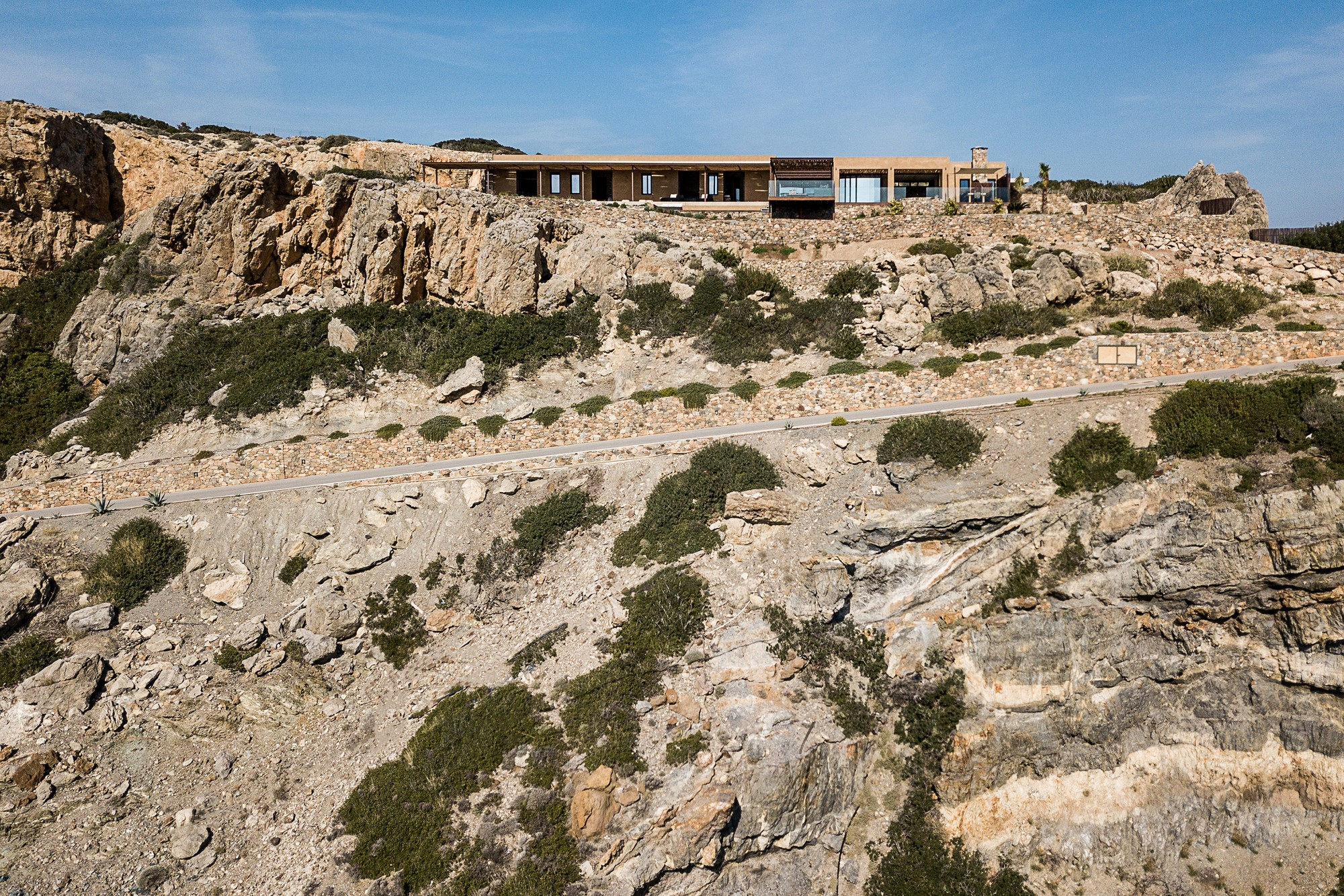 Роскошная вилла, интегрированная в горный ландшафт над морем
