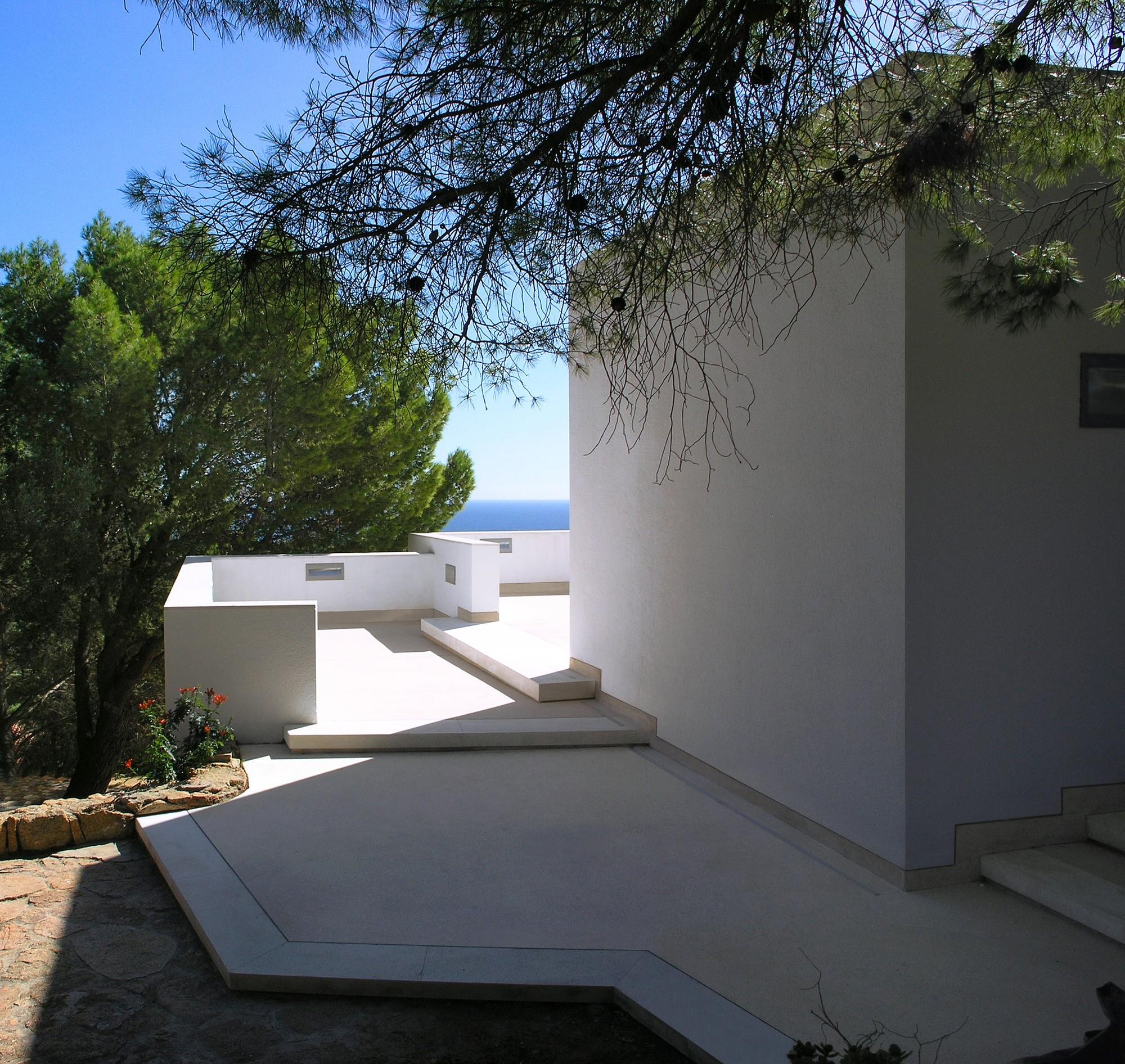 Дом на южном побережье Сардинии, связанный с географическим и культурным контекстом