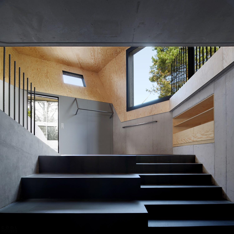Семейный дом с черным экстерьером и необычными изогнутыми фасадами