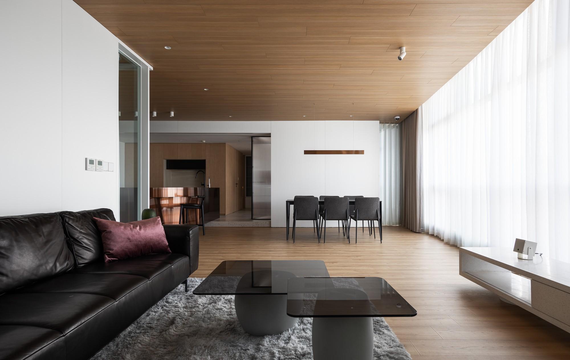 Стильная квартира с зеркалами и яркими медными акцентами