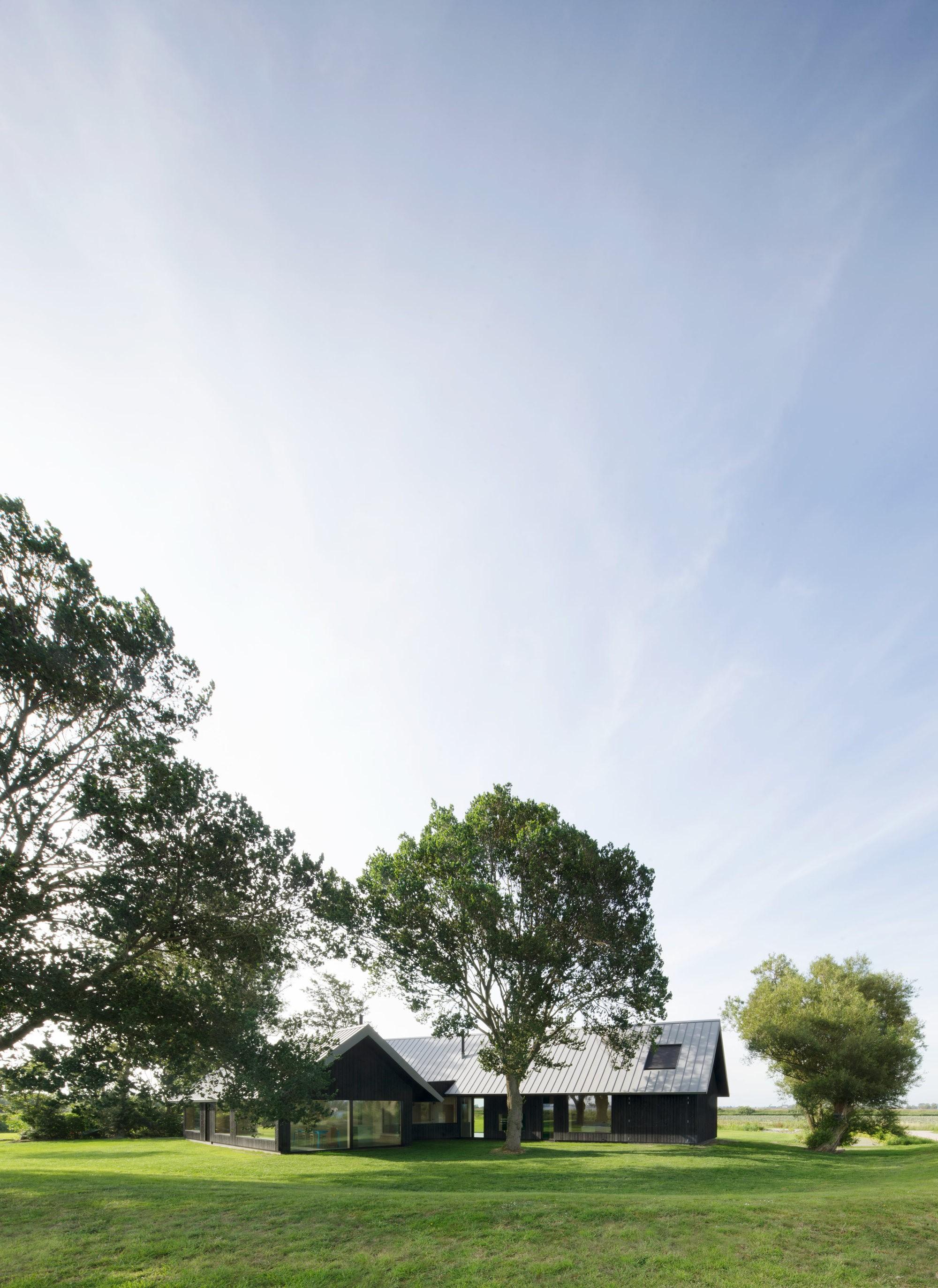Простой уютный дом, гармонично вписанный в природный ландшафт