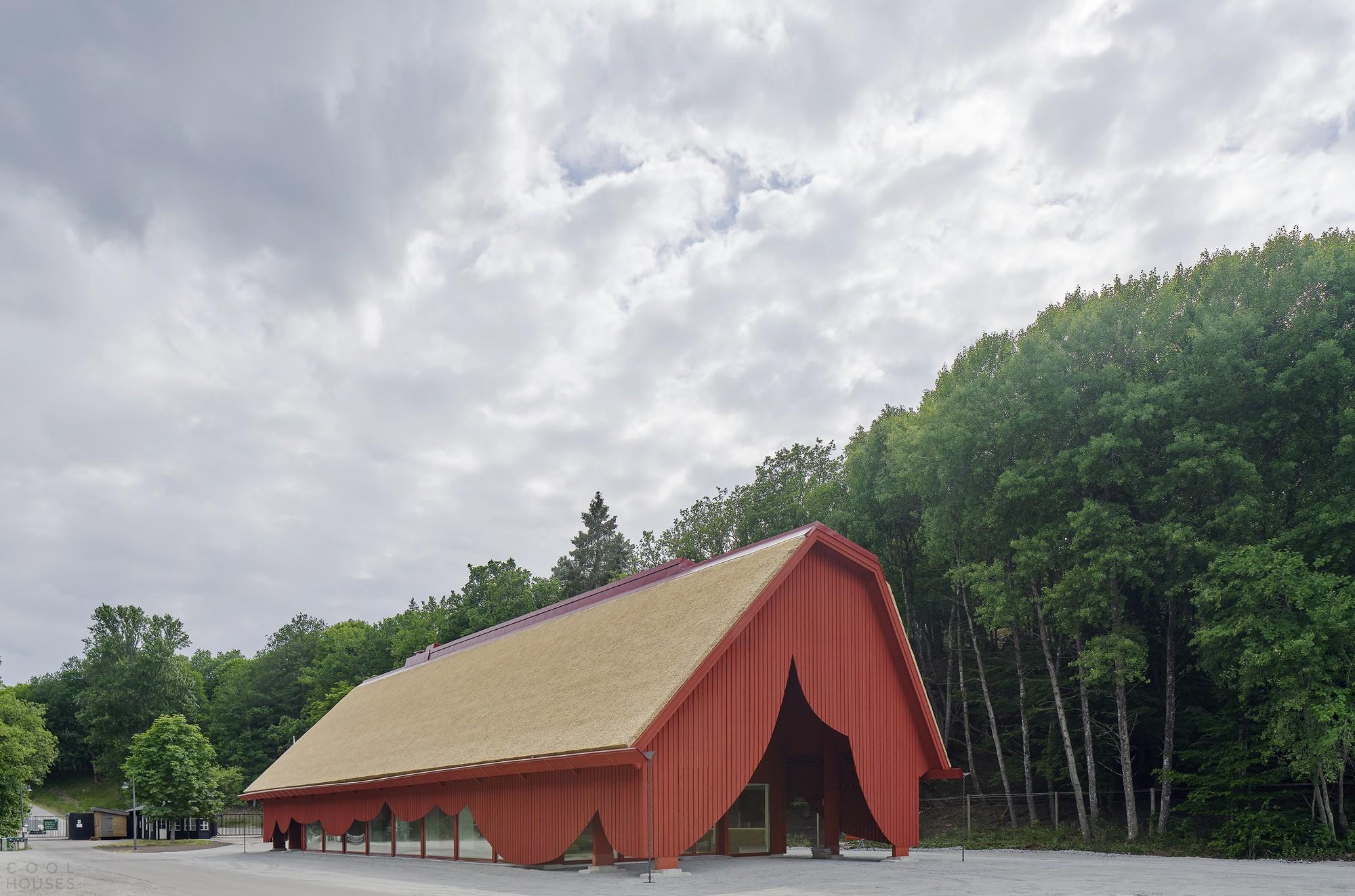 Эффектный входной павильон с оригинальным фасадом-занавесом в заповеднике Eriksberg