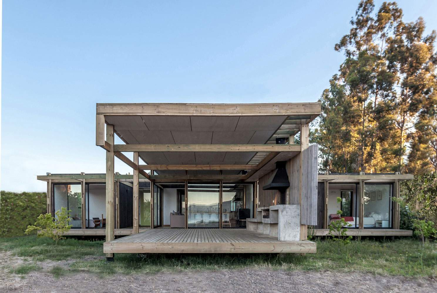 Компактный дом на берегу озера в Чили