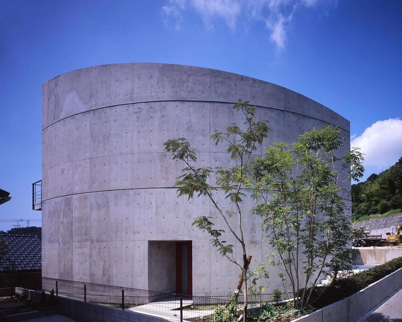 Полукруглый бетонный дом в Японии