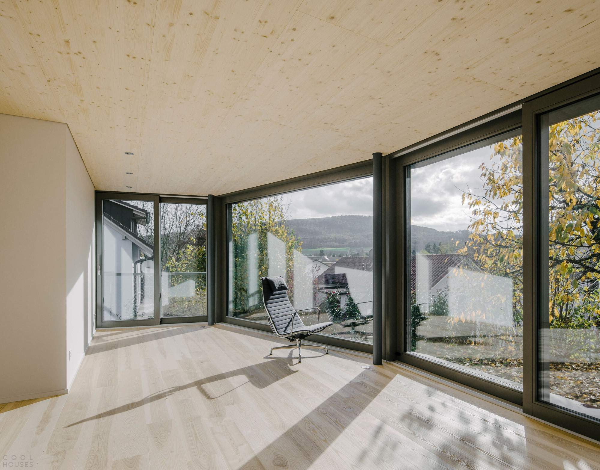 Семейный дом с зеленой крышей в Швейцарии