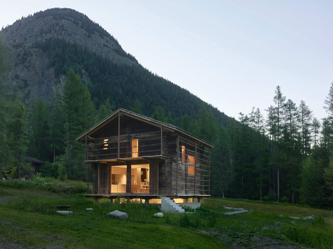 Старый амбар с современным интерьером в Швейцарских Альпах
