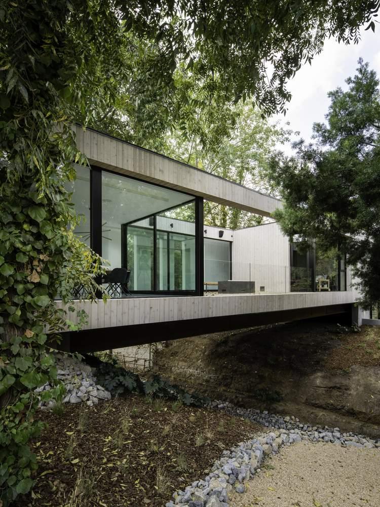Дом-мост, демонстрирующий технические инновации, США