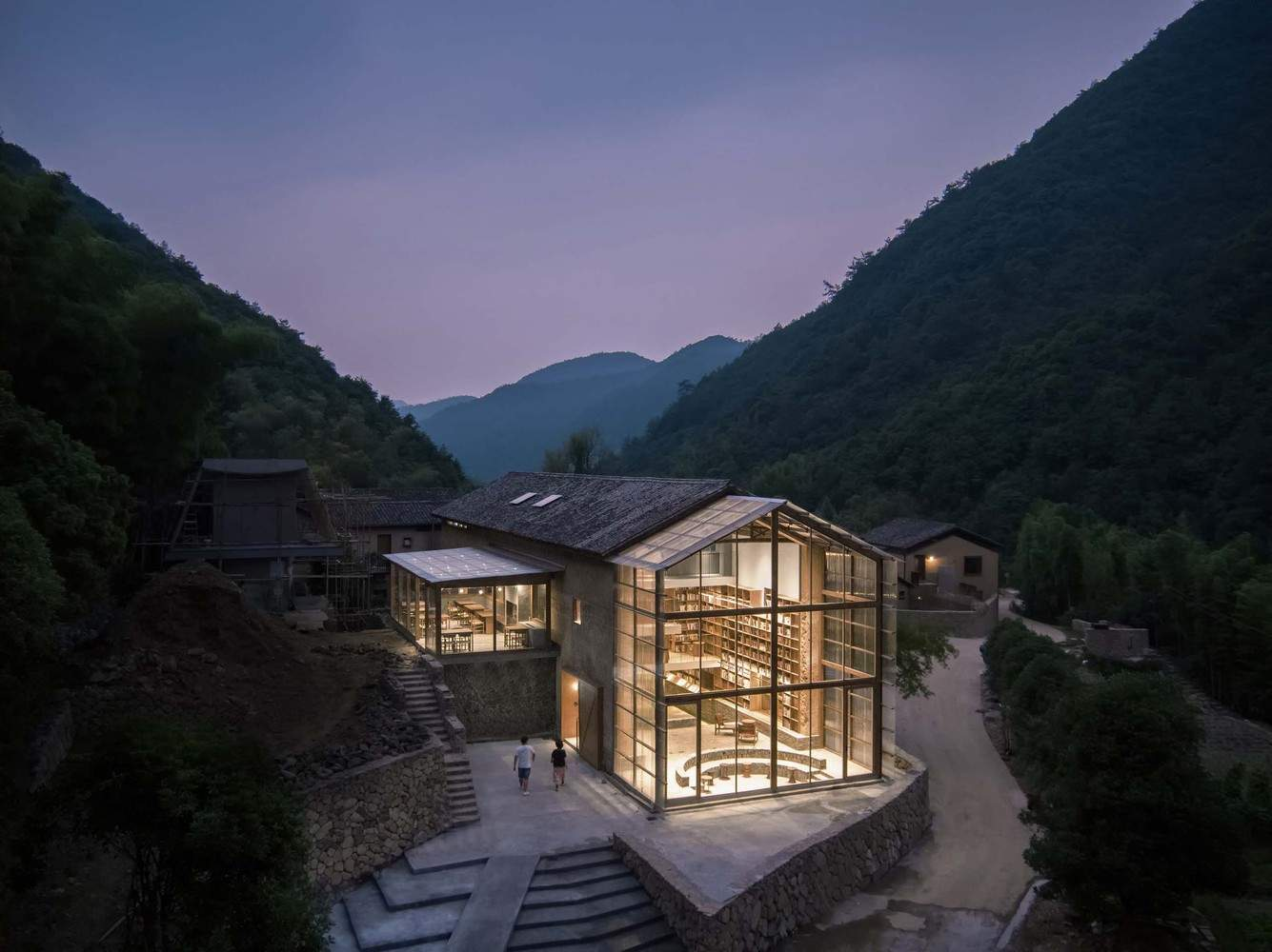 Капсульный отель с библиотекой в старинном деревенском здании, Китай