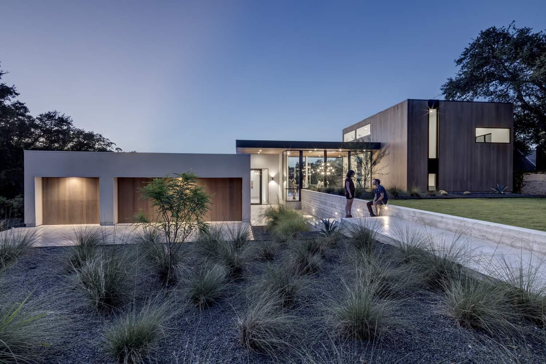 Линейный дом на холмистой местности, США