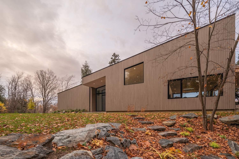 Загородный дом с наклонным силуэтом и утонченной элегантностью, Канада