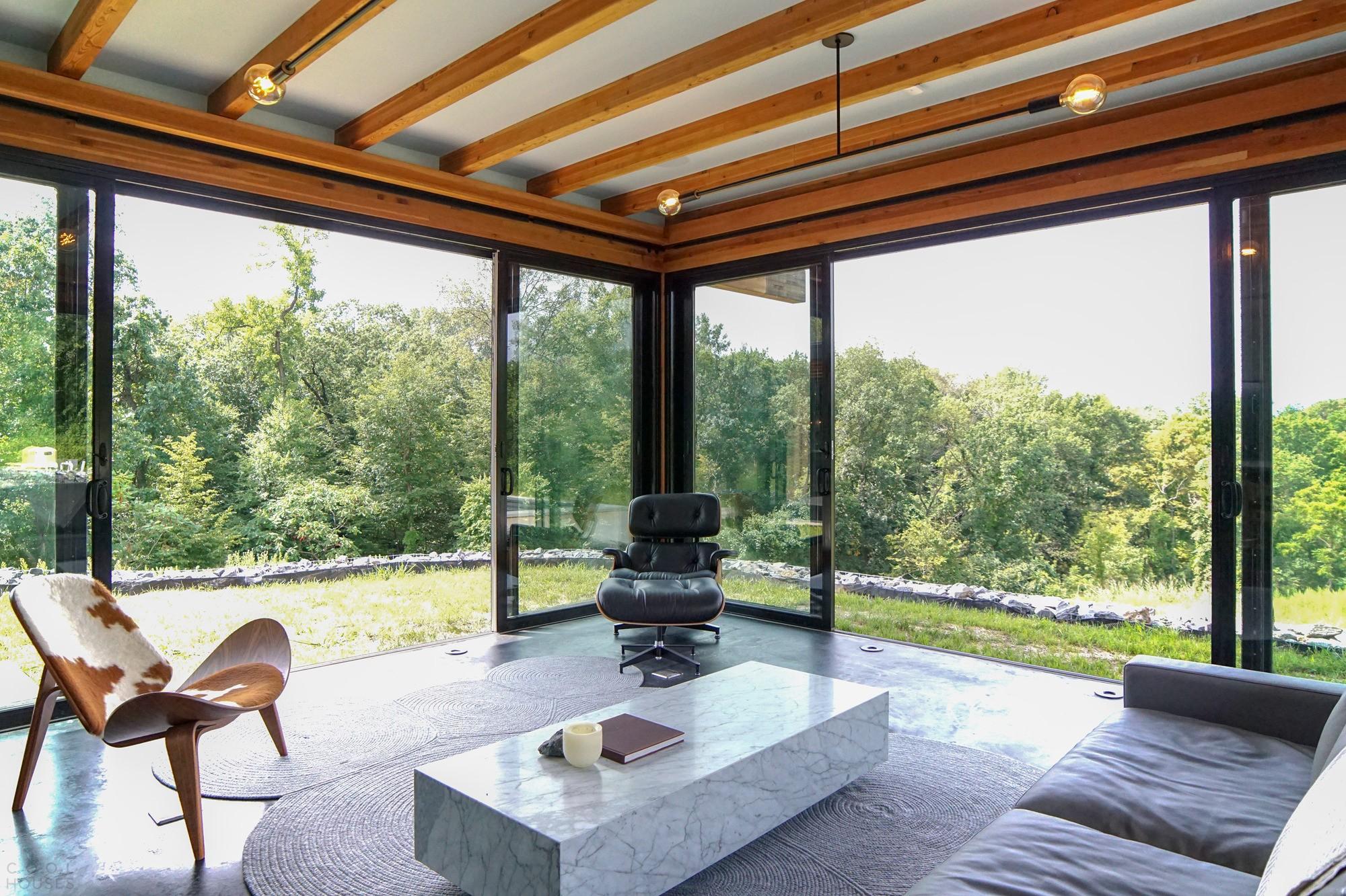 Современный стеклянный дом, сочетающий роскошь и деревенский шарм