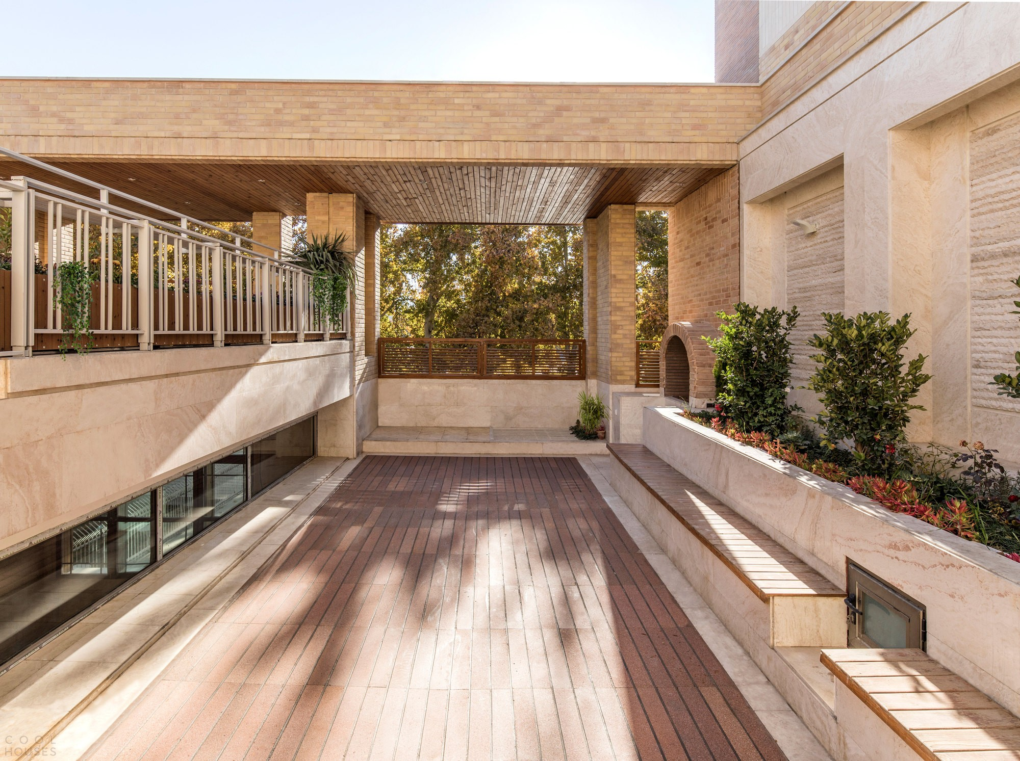 Современный иранский особняк с открытыми взаимосвязанными пространствами