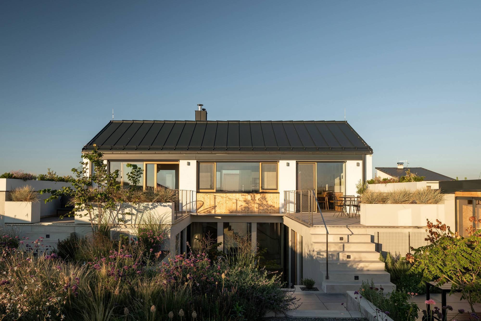 Деревенский дом с атриумом и многофункциональным садом