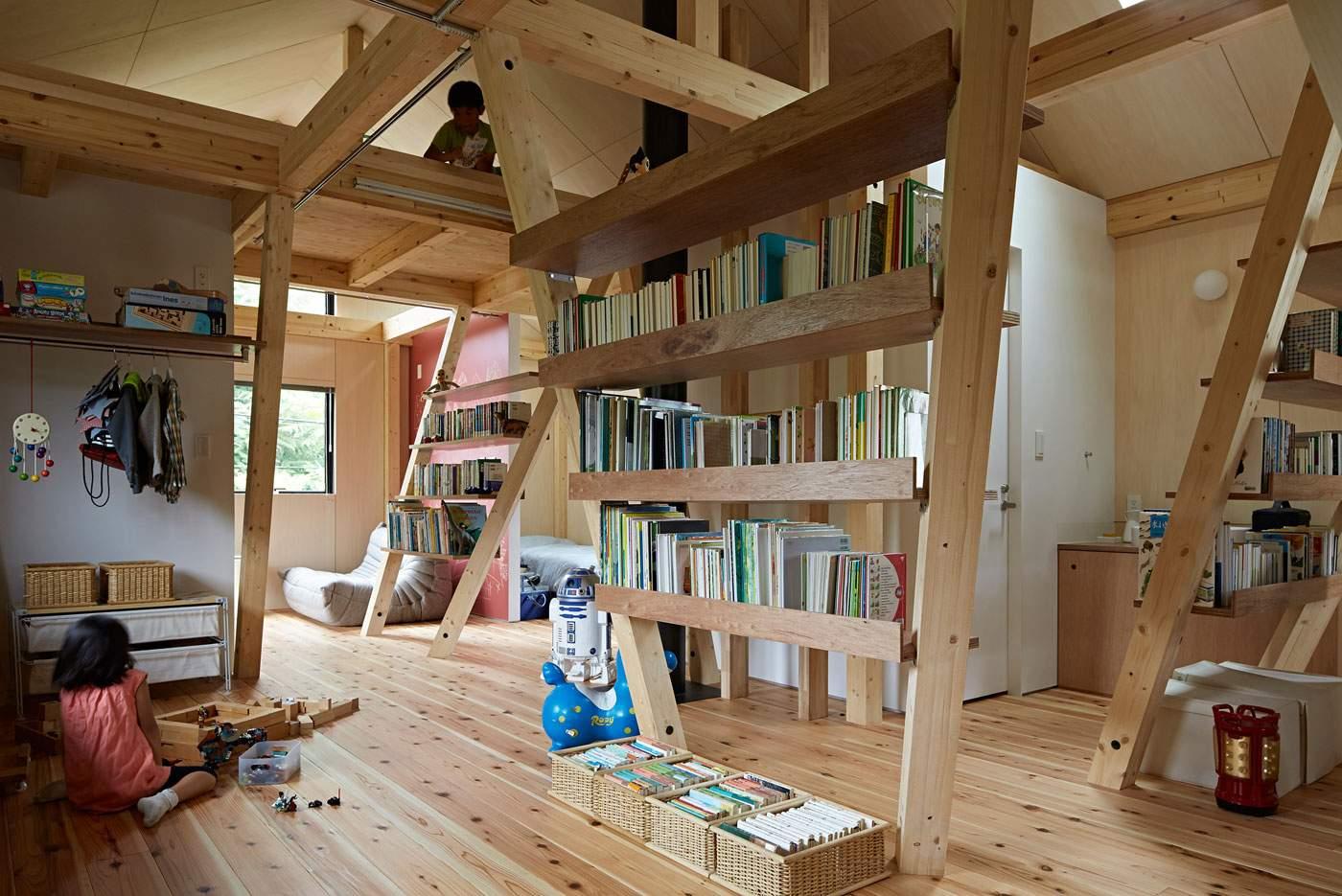 Дом с деревянными колоннами в Японии