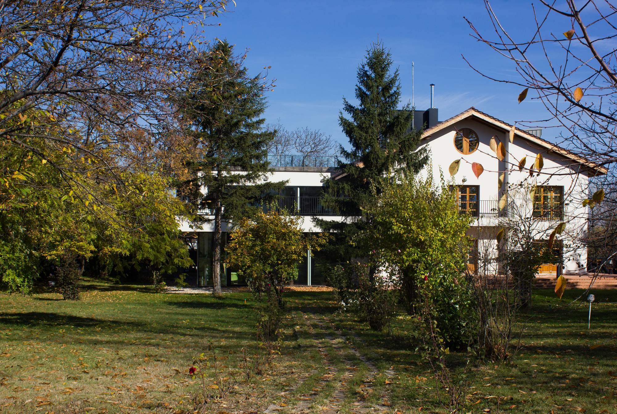 Резиденция «Вишневый сад» на месте бывших солдатских казарм в Болгарии