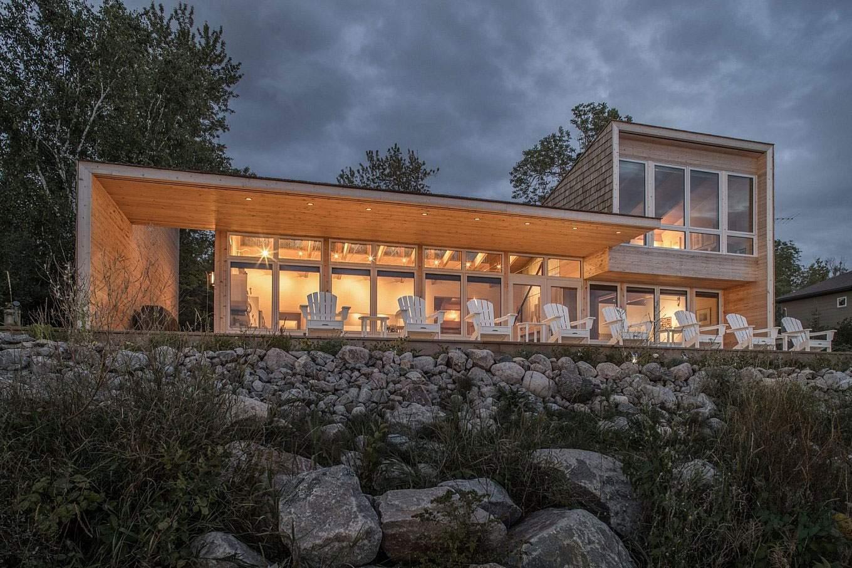 Загородный дом на берегу залива в Канаде