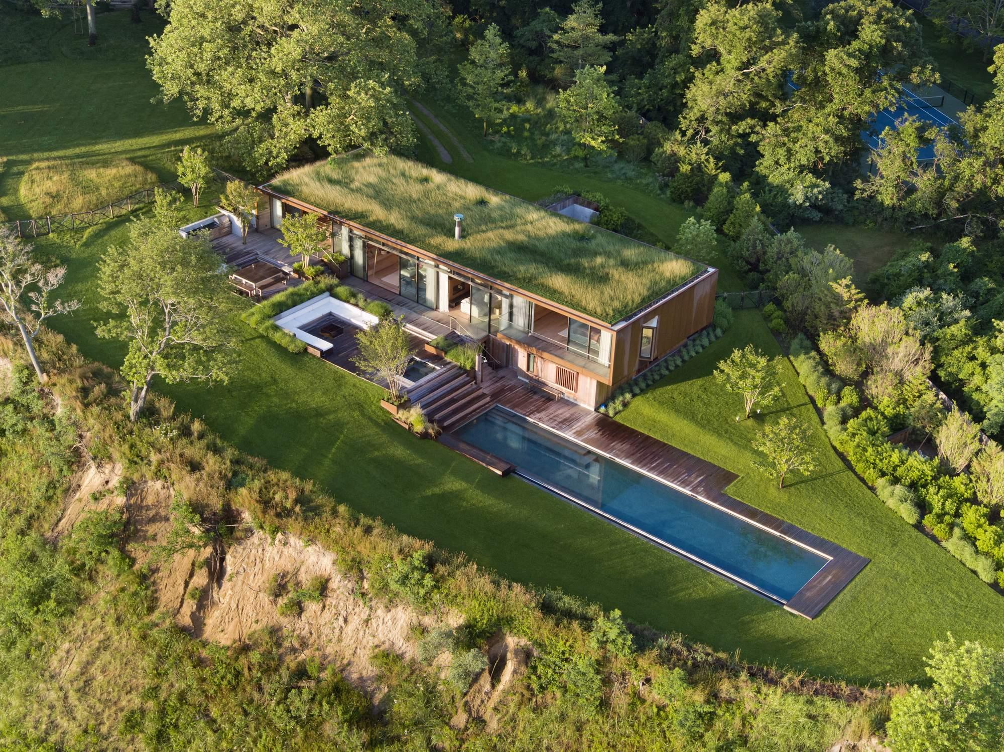 Семейный дом с зеленой крышей, США
