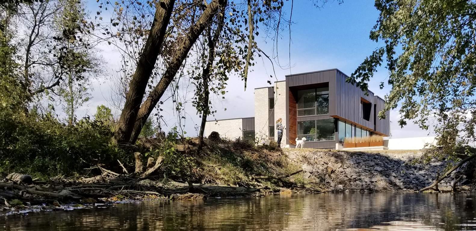 Дом для большой семьи на берегу ручья, США
