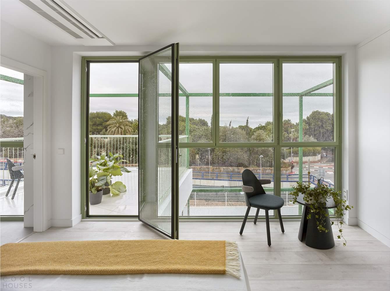 Модульный дом с кирпичными сводами и стальной зеленой решеткой, Испания
