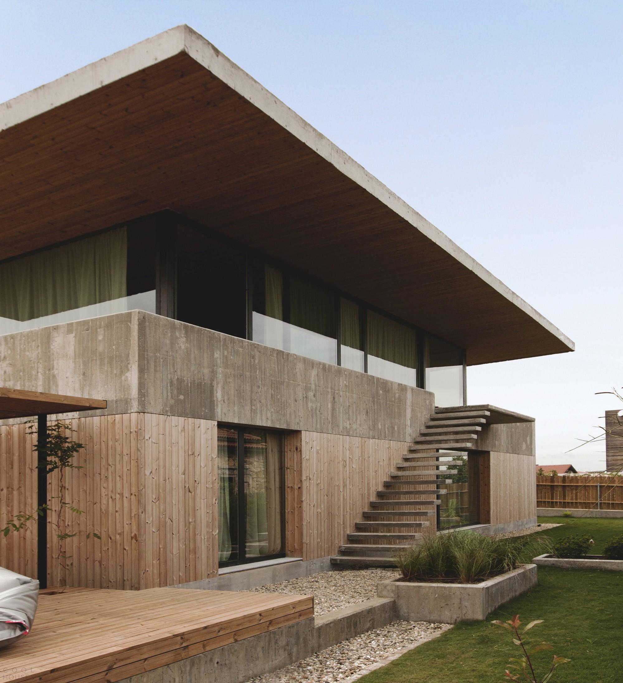 Двухэтажный летний домик из дерева и бетона на побережье Черного моря