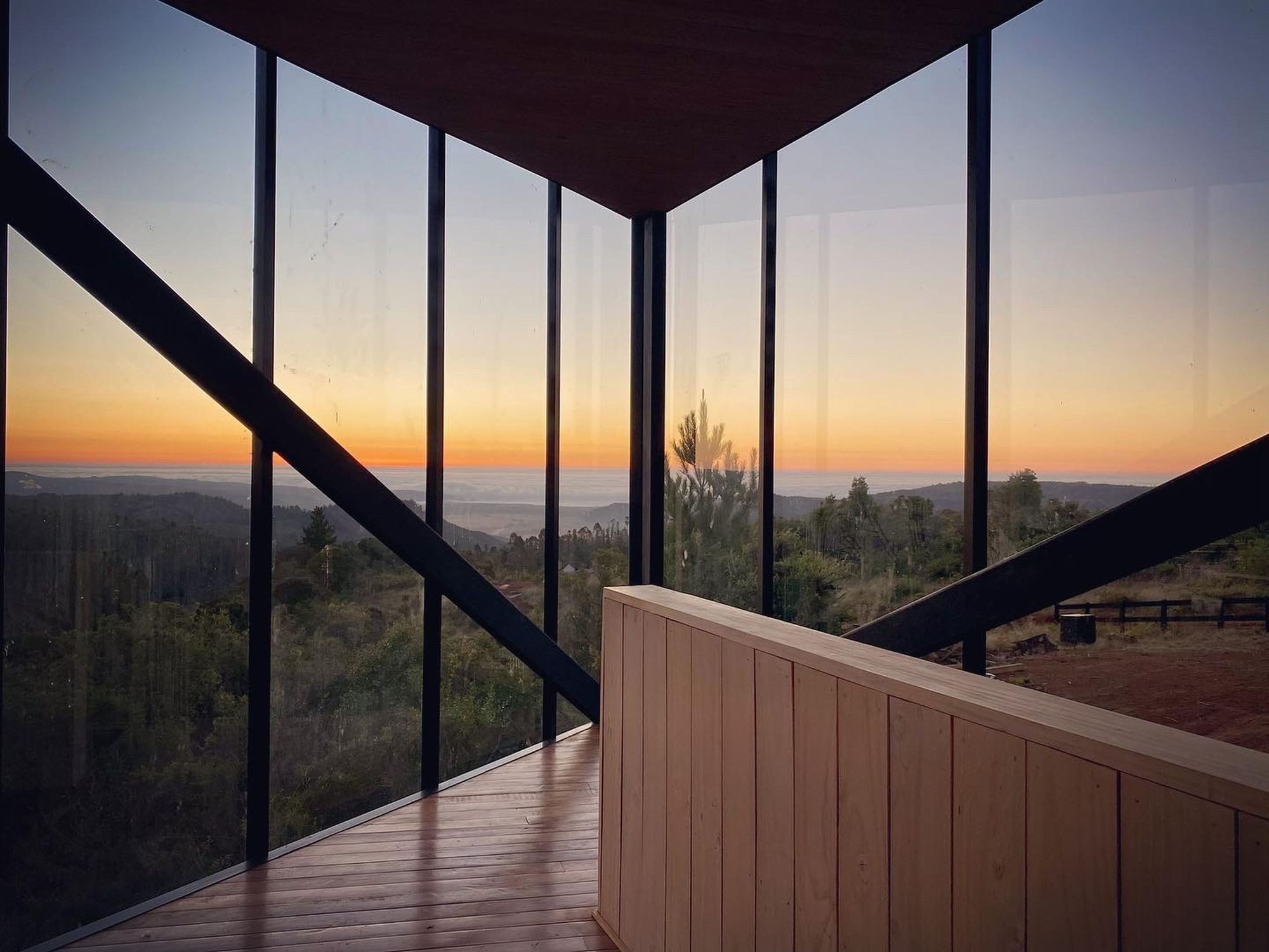 Стильный дом с угловым консольным этажом и панорамным видом на Тихий океан